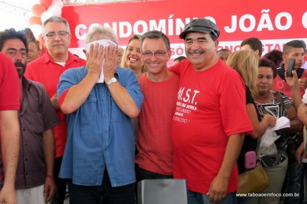 QUE AZAR: Ao centro, o petista Wilson pediu aos jornalistas de Taboão para que tirassem uma foto sua ao lado do Lula, que foi secar o rosto bem na hora do clique.