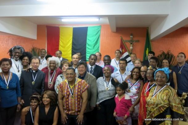 Homenageados posam para foto após cerimônia na Câmara de Taboão da Serra.