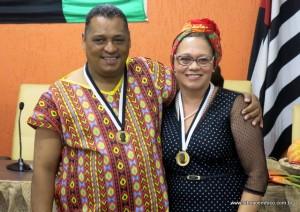 Coordenador Sousa Santos com uma das homenageadas com a medalha Zumbi dos Palmares.