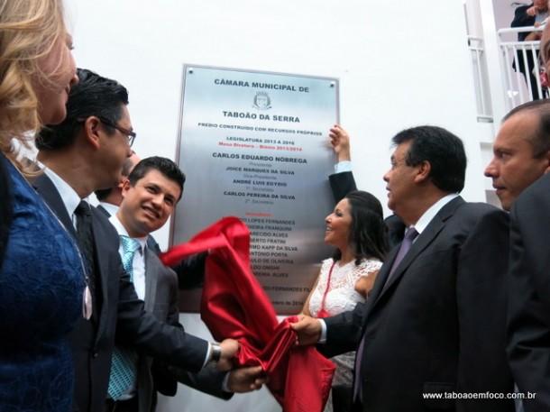 Vereadores de Taboão da Serra, ao lado do prefeito Fernando Fernandes, descerram placa de inauguração da nova Câmara.