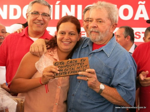 Ex-presidente Lula posa com uma das contempladas do Residencial João Cândido.
