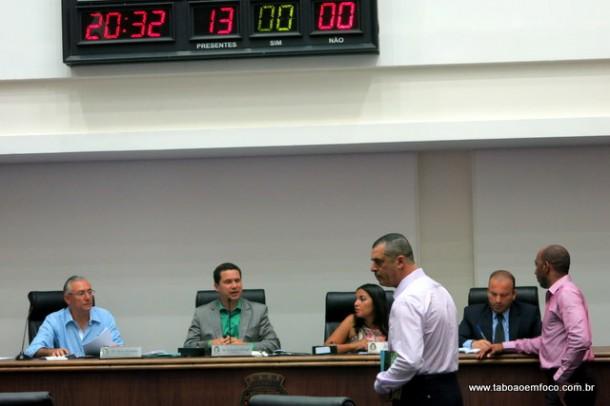 O 'grupo dos 6 ' tenta manter o poder da Câmara Municipal, mas ainda necessitam de um voto.