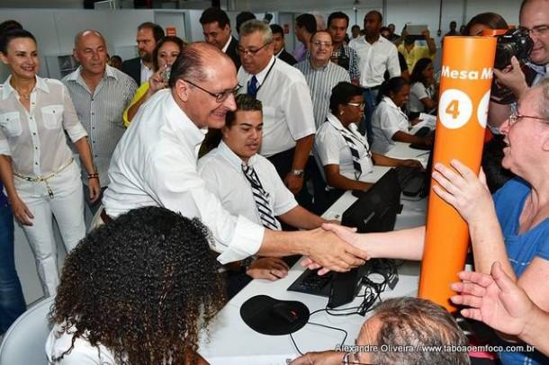 Alckmin cumprimenta funcionarios no Poupatempo Taboao da Serra
