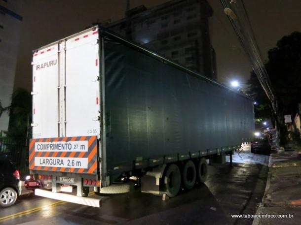 Com asfalto molhado, caminhão deixa carga na Estrada São Francisco para que outro veículo fizesse o transporte.