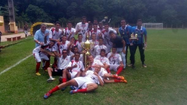 Equipe que vai disputar a Copinha comemorando a conquista de um dos torneios preparatórios. (Foto: Divulgação)