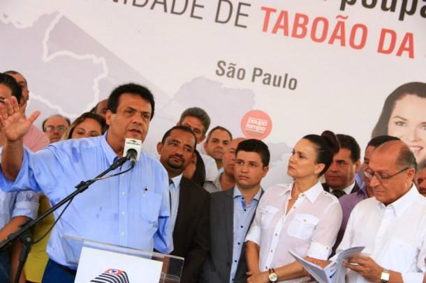Prefeito de Taboão da Serra, Fernando Fernandes, durante inauguração do PoupaTempo. O prédio foi construído com recursos do município.