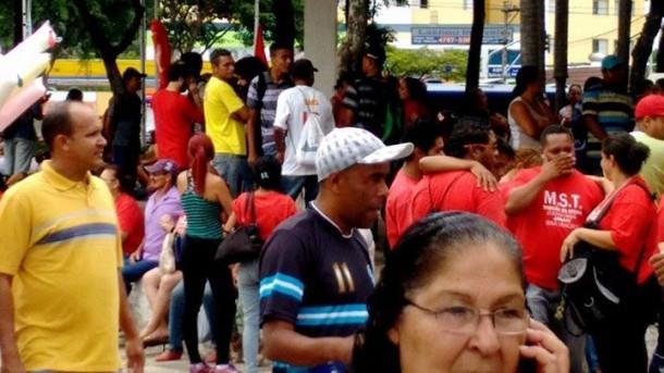 Integrantes  dos movimento sociais já estão concentrados no centro de Taboão (Foto: Reprodução / MTST)
