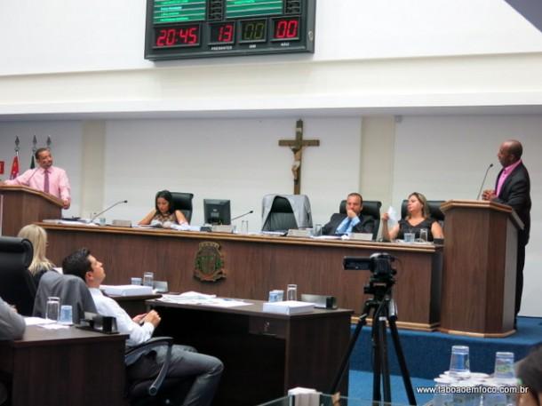 Vereadores Cido e Eduardo Lopes conversam na tribuna da Câmara.