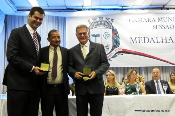 Ao centro, presidente da Câmara Cido entrega a medalha '19 de Fevereiro' aos seus homenageados Dr. Guilherme Lamas e o secretário Gerson Brito.