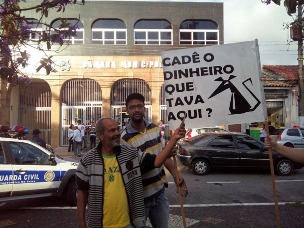 Moradores de Itapecerica da Serra protestam contra desvio de dinheiro da Câmara apontada pelo Tribunal de Contas de São Paulo. (Foto: Reprodução / Facebook José Maria)