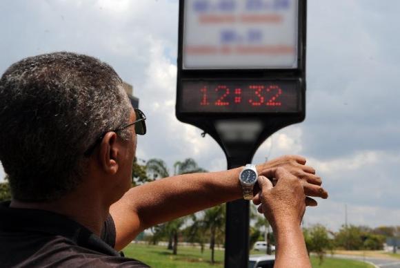 Relógios devem ser atrasados em 1h a meia-noite de sábado (21). (Foto: Agência Brasil)