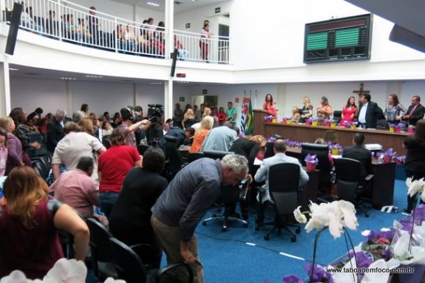 Câmara de Taboão lotada durante Fórum de Mulheres.