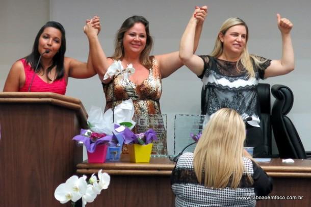As vereadoras Joice, Érica e Luzia comemoram sucesso do Fórum da Mulher na Câmara de Taboão da Serra.