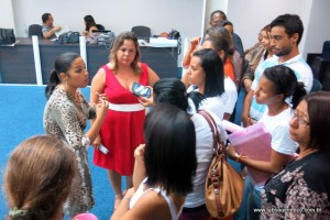 Presidente da Comissão de Saúde, vereadora Joice Silva conversa com amigos e familiares que acusam hospital de Taboão de neglicencia no atendimento de paciente morta.