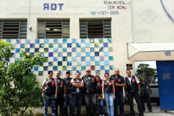 Legionarios de Aco entregam  doacoes na ADT