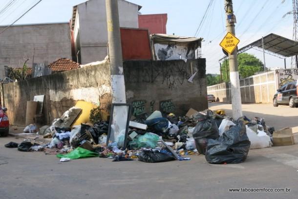 Lixo acumulado na manhã desta quinta (26) na Rua Santa Luzia, quase na divisa com São Paulo.