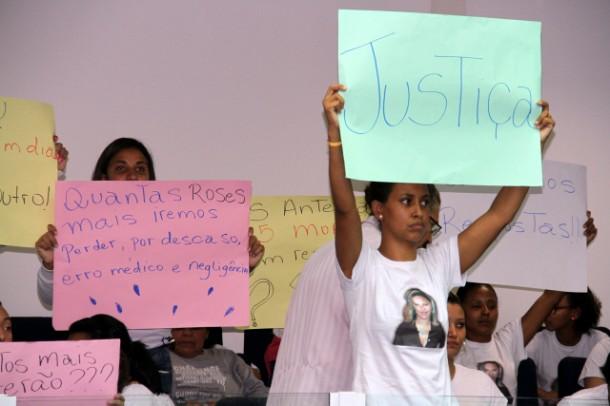 Familiares e amigos de mulher que morreu no PS Antena cobram Justiça. (Foto: Cyntia Gonçalves / CMTS)