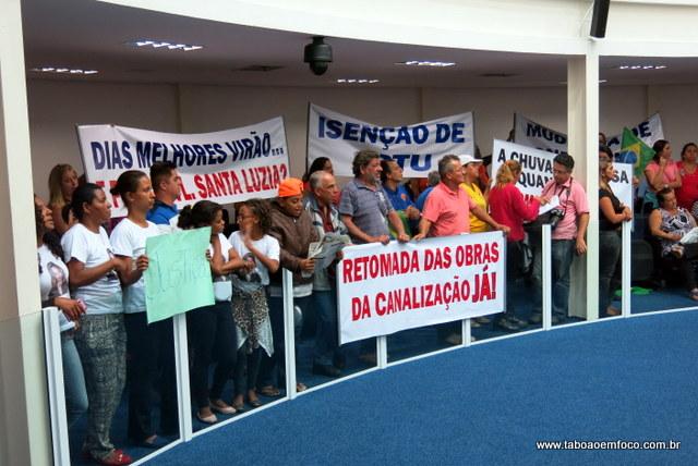 Moradores de Taboão da Serra protestam na Câmara contra as enchentes e as mortes no PS Antena.