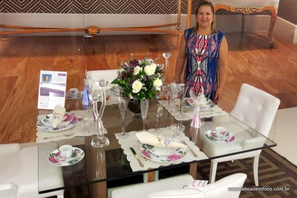 Marilene Trapel apresenta a sua mesa na exposição.