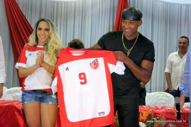 Ao lado da Mulher Melão, jogador Viola é apresentado no Taboão da Serra.