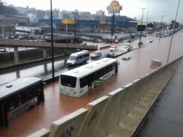 Passageiros de ônibus ficaram ilhados na Rodovia Régis Bittencourt. (Foto: Caique Francischetti)