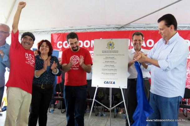 Líderes do MST e MTST, Paulo Félix e Guilherme Boulos, descerram a placa ao lado do ministro Kassab.