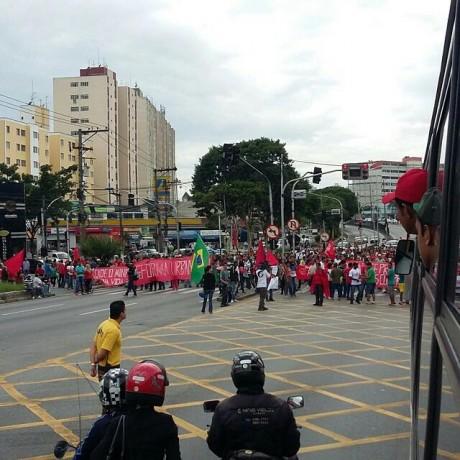 Rodovia Régis Bittencourt ficou bloqueada no Centro de Taboão da Serra. (Foto: Reproducão / Twitter Comando SP)