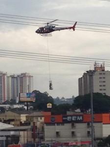 Helicóptero da PM auxilia nos resgate. (Foto: Daniel Oliano)