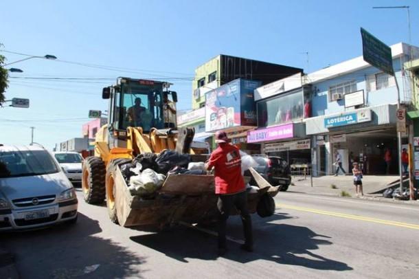 Trator da Prefeitura de Taboao realiza coleta do lixo_PMTS