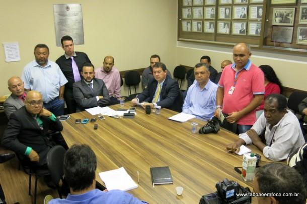 Vereadores de Embu das Artes participam de coletiva de imprensa para explicar aluguel de carros, que vai custar R$ 273 mil por ano.