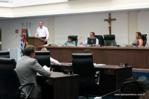 Em tribuna, Marco Porta diz para vereadora Luzia Aprígio que alguns discussões podem não ficar bom para ninguém.