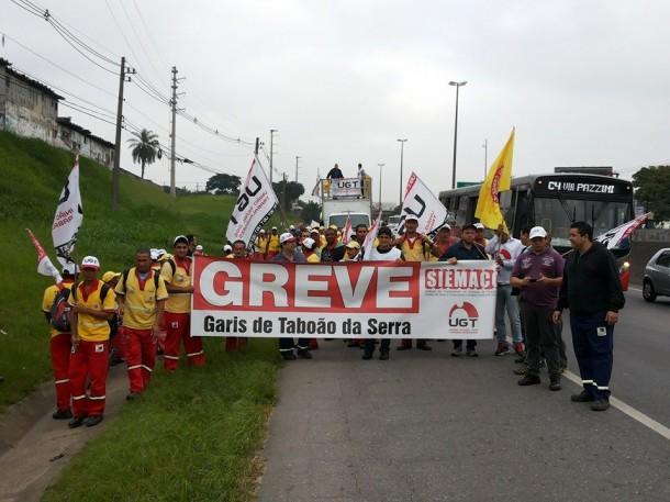 Por melhores salários, garis de Taboão realizam passeata na Régis Bittencourt.
