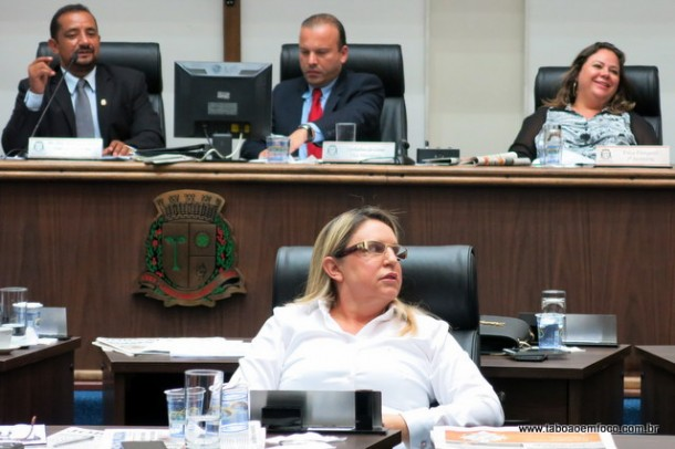 Vereadora Luzia Aprígio preferiu ficar de costas aos vereadores que discursavam contra o marido Aprígio.