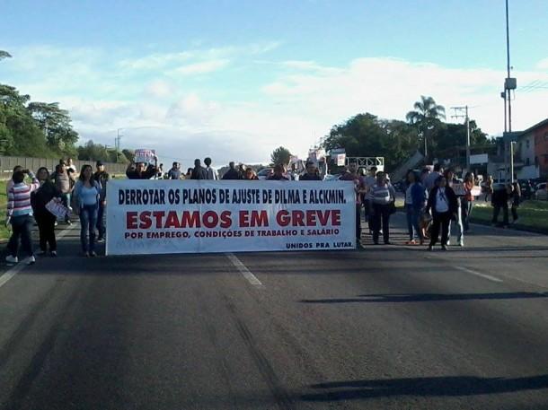 Manifestação na Rodovia Régis Bittencourt no fim da tarde desta quarta. (Foto: Reprodução)