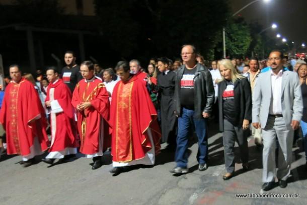 Secretário de Cultura Laércio Lopes (de preto) e o presidente da Câmara Cido (de cinza) acompanham a peregrinação de Cristo pelas ruas de Taboão.