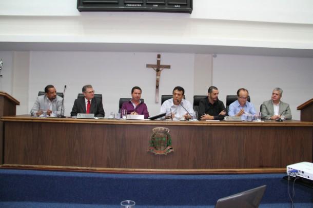 Prefeito Fernando Fernandes participa de audiência pública na Câmara para discutir aposentadoria  especial dos GCMs. (Foto:  Cynthia Gonçalves / CMTS)