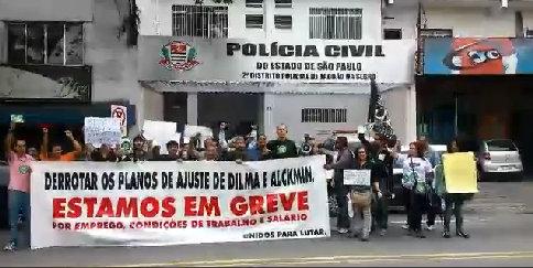 Protesto em frente ao distrito policial