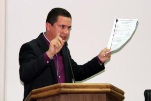 Nóbrega apresenta os argumentos para não aceitar a denúncia contra o prefeito. (Foto: Cynthia Gonçalves / CMTS)