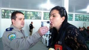 Motociclista faz teste do bafômetro durante palestra, que discutiu segurança sobre duas rodas. (Foto: Divulgação)
