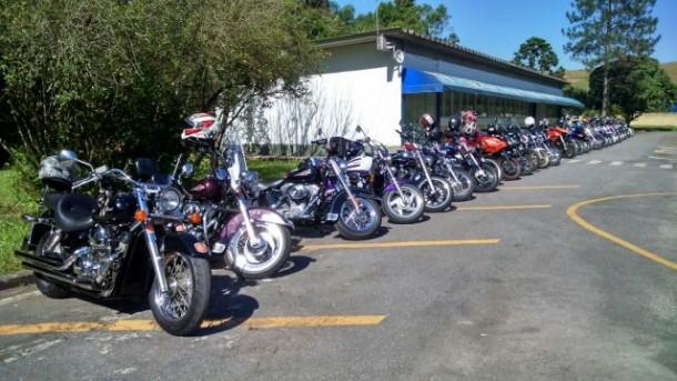 Dezenas de motos estacionadas na sede administrativa da 4ª Delegacia PRF. (Foto: Divulgação)