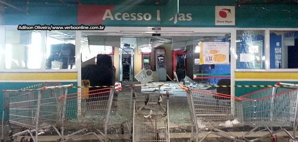Rastro de destruição após bandidos explodirem caixas eletrônicos localizado ao lado do 2º DP de Taboão.