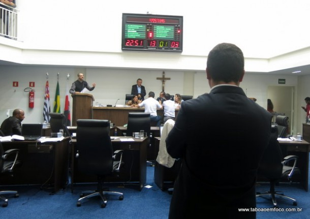 Isolado, líder do governo Eduardo Nóbrega não convence parlamentares a votar projeto do Prefeito Fernando