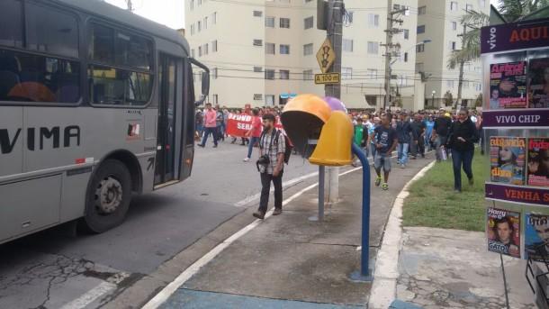 Manifestantes caminham na Praça Nicola Vivilechio.