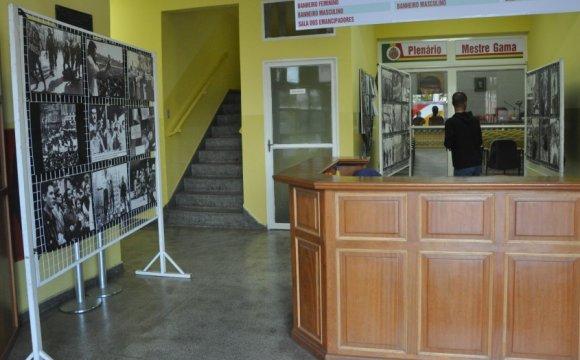 Entrada da Câmara com painéis de fotos que retratam trabalhadores e o regime militar pós-1964. (Foto: Divulgação / CMETEA)