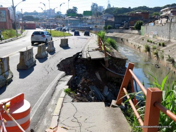 Muro do Córrego Pirajuçara cede e interdita parte da Rua José Carlos Macedo desde fevereiro.