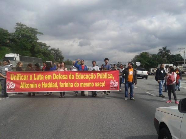 Manifestantes bloqueia a Rodovia Régis Bittencourt, na região de Embu. (Foto: José Afonso / Reprodução)