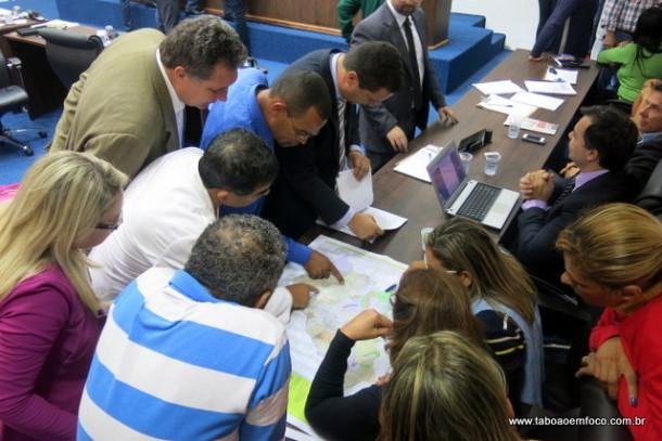 Vereadores e representantes de movimentos sociais discutem os pontos de alterações no plano diretor.