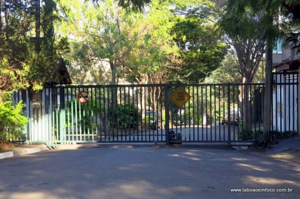 Portão impede circulação livre de pedestres em travessa da Rua das Camélias.