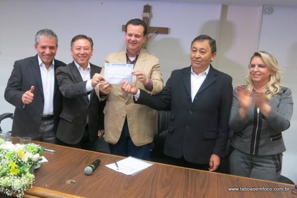 Presidente municipal do PSD Alexandre Depieri, deputado federal Walter Ihoshi, ministro Gilberto Kassab, José Aprígio e vereadora Luzia Aprígio comemoram filiação.