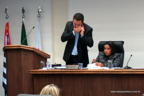 No telefone com secretário de obras, líder do governo Eduardo Nóbrega critica mais um pedido de investigação contra o prefeito Fernando.